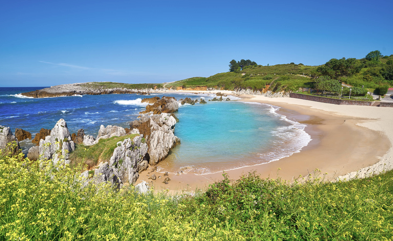Vista lateral de la playa de Toro en Llanes, Asturias