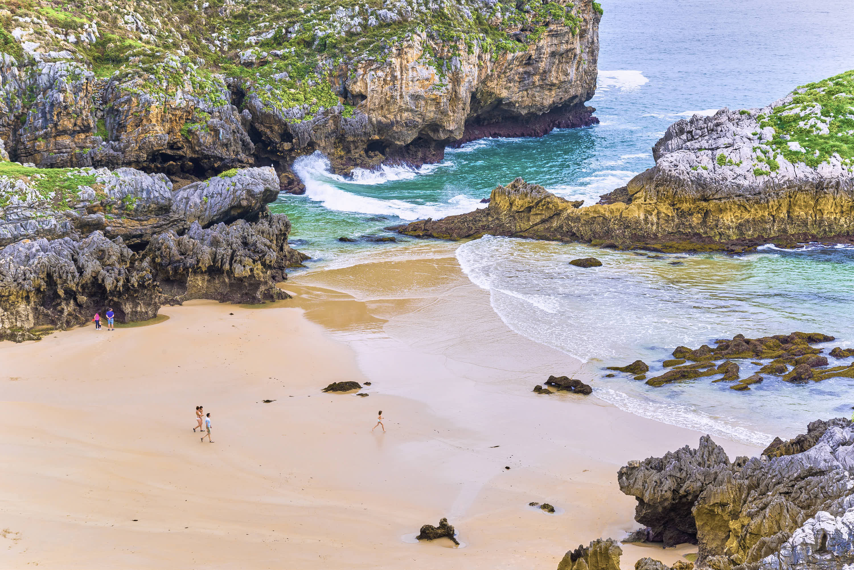 Vista detalle de la playa de Cue en Llanes, Asturias