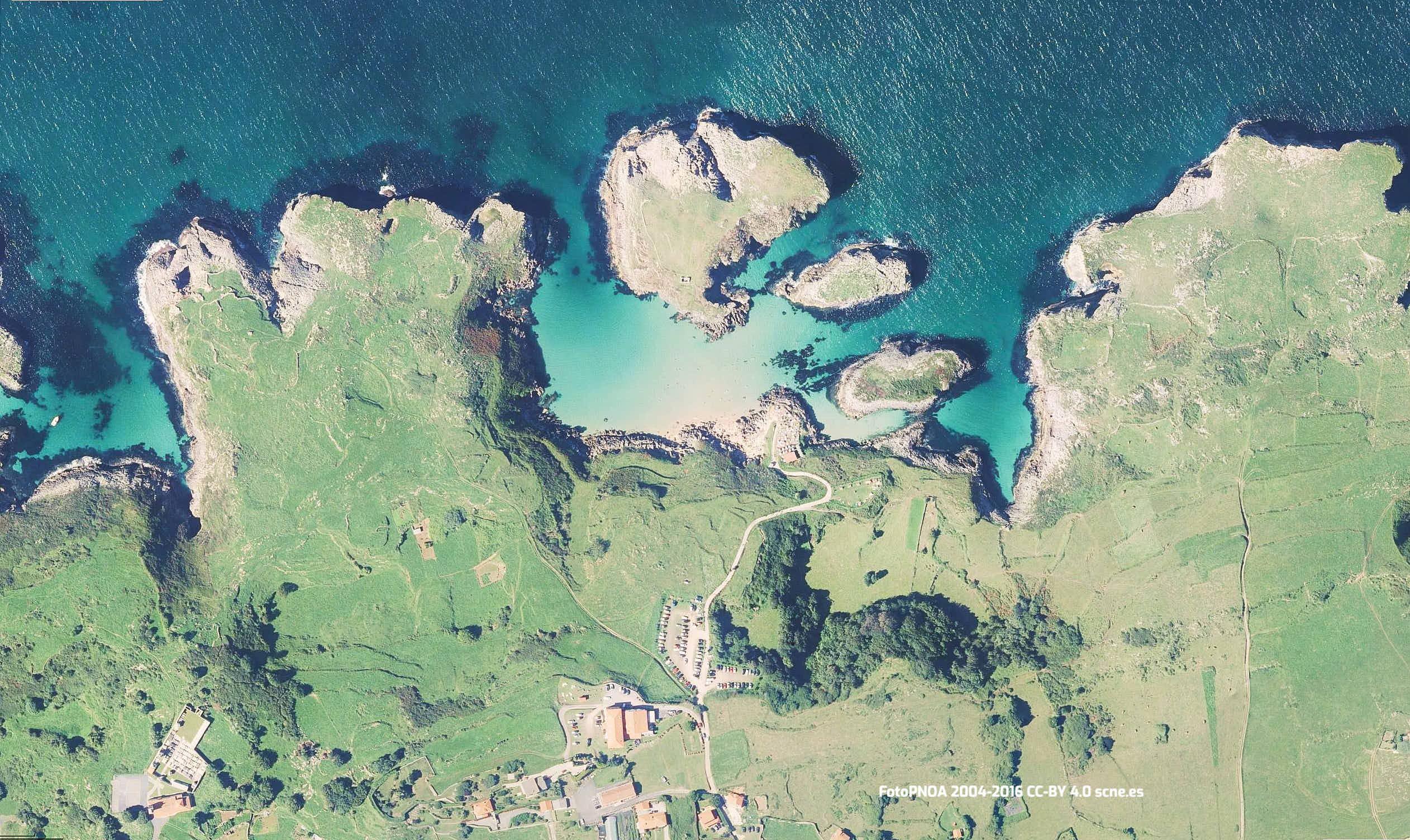 Vista aerea de la playa de Cue en Llanes, Asturias