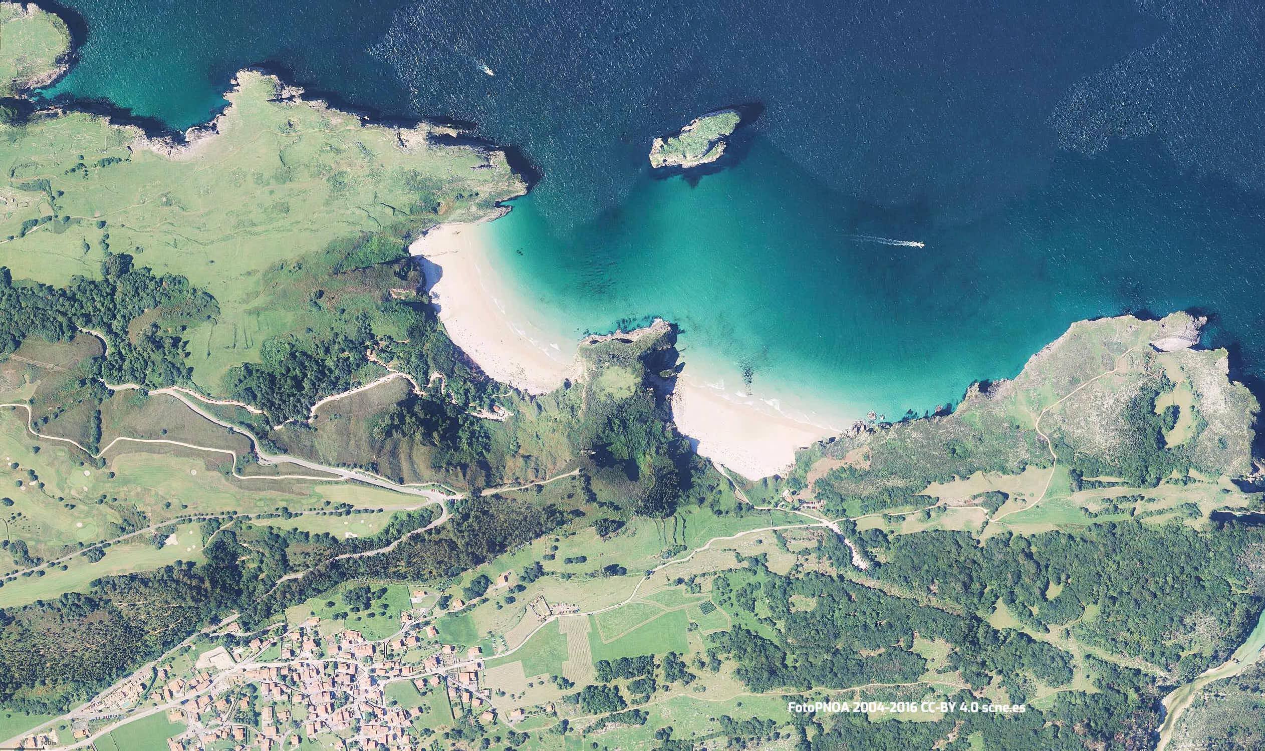 Vista aerea de las playas de Ballota y Andrin en Llanes, Asturias