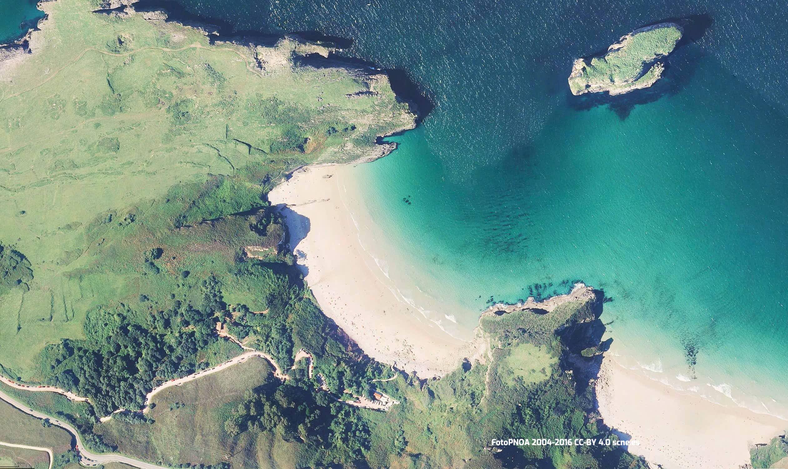 Vista aerea de la playa de Ballota en Llanes, Asturias