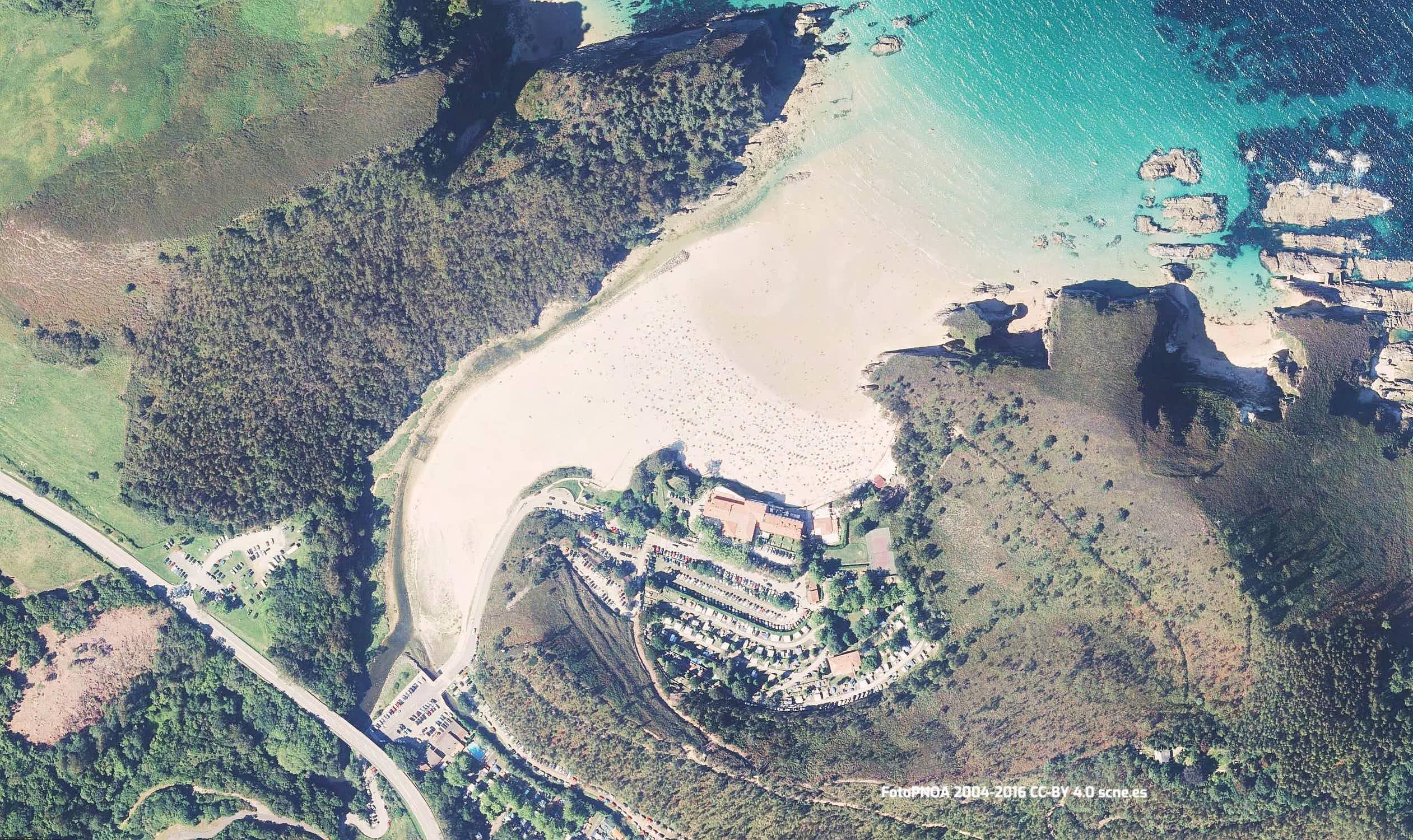 Vista aerea de la playa de La Franca en Llanes, Asturias
