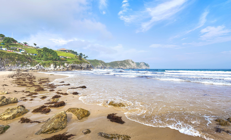 Orilla en la playa de Bretones en Llanes, Asturias