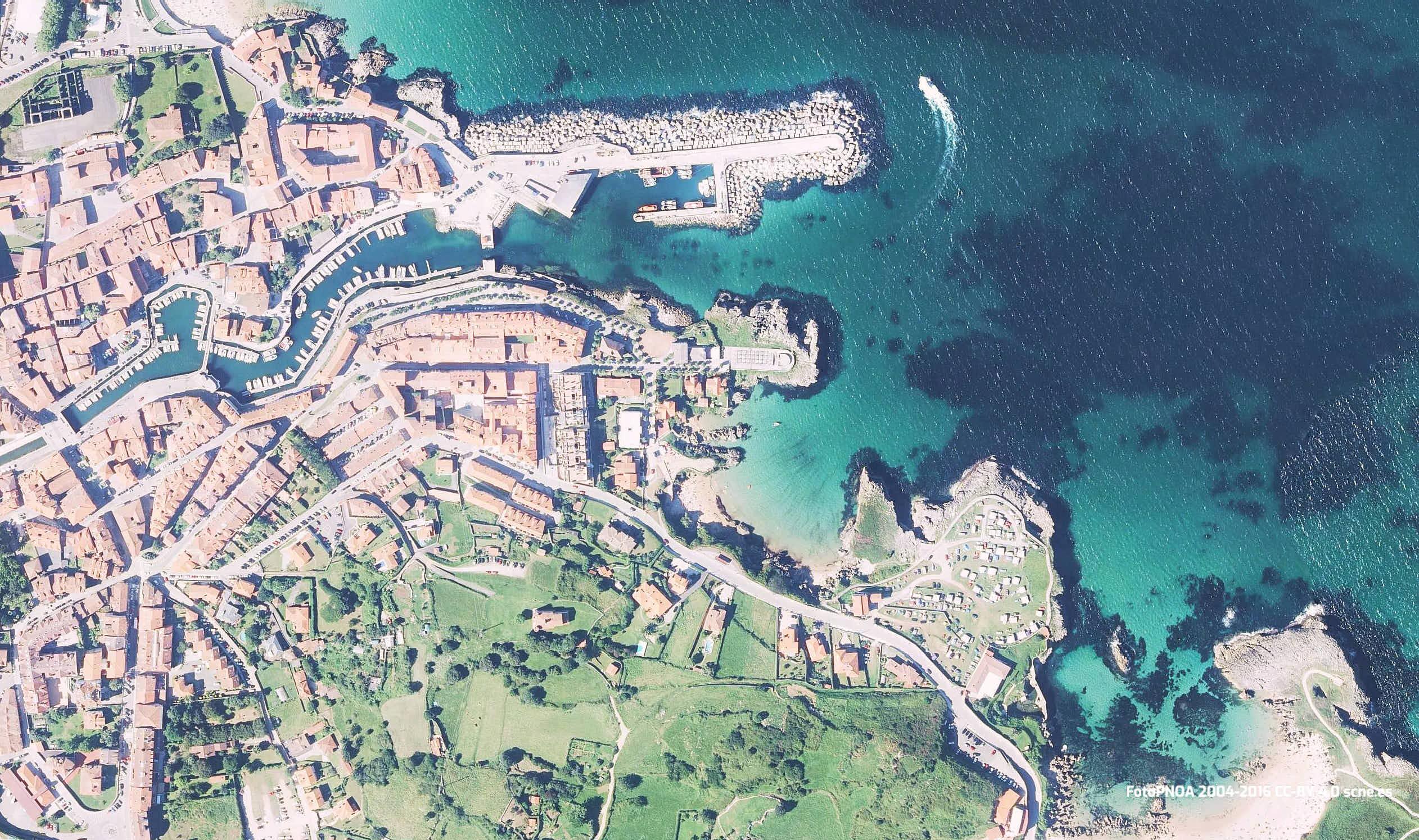 Vista aerea de la playa de Puerto Chico en Llanes, Asturias