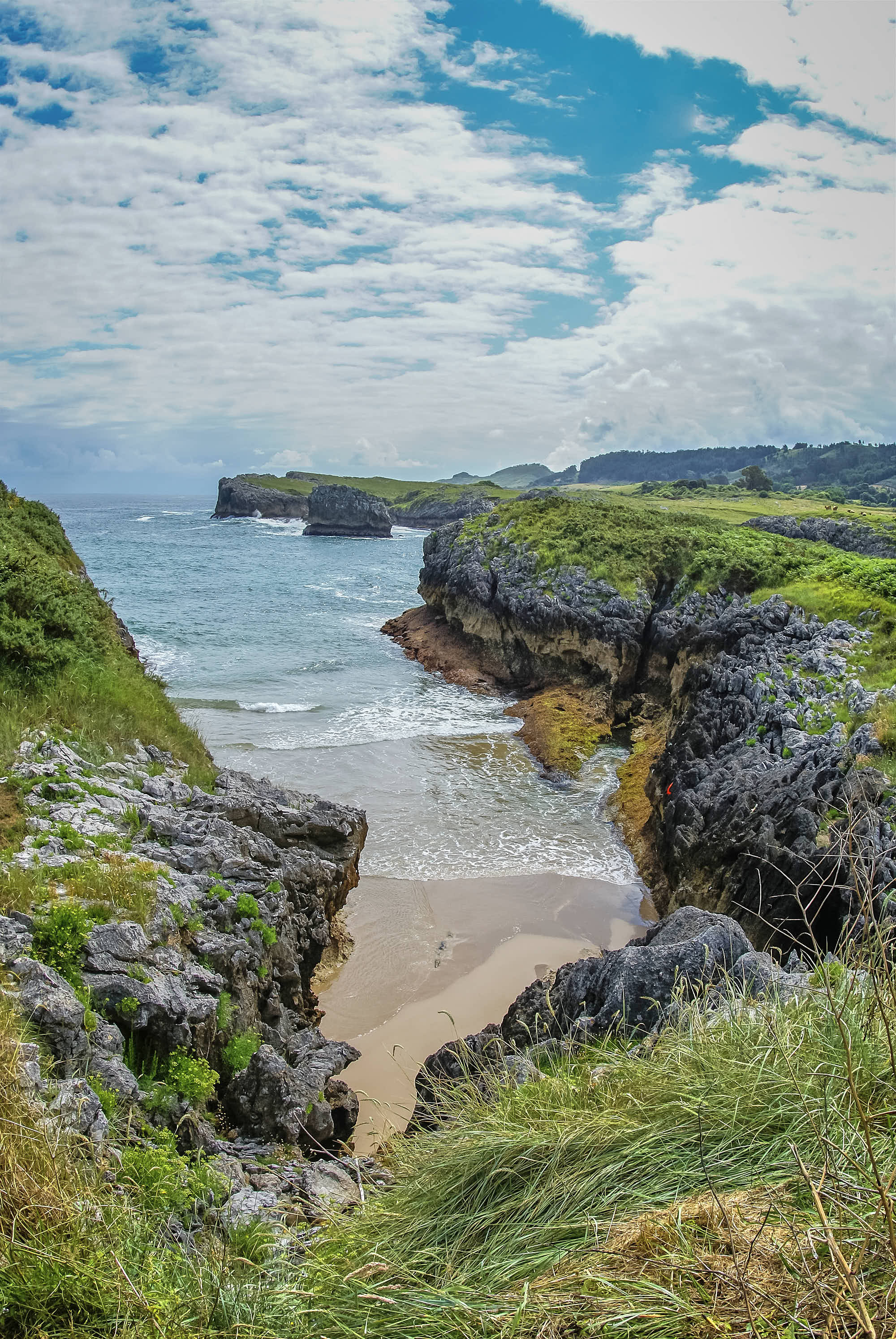Cala de Entremares, junto a Playa Buelna con marea alta en Llanes, Asturias