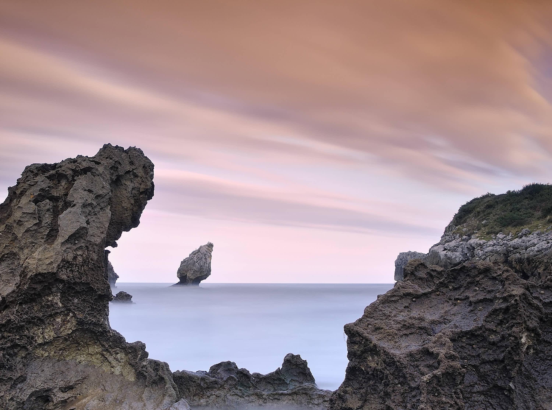 Roca El Picon en la playa de Buelna en Llanes, Asturias