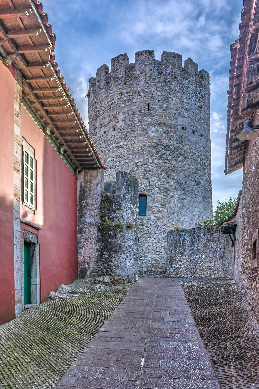 Torreon desde la calle Posada Herrera en la ciudad de Llanes, Asturias