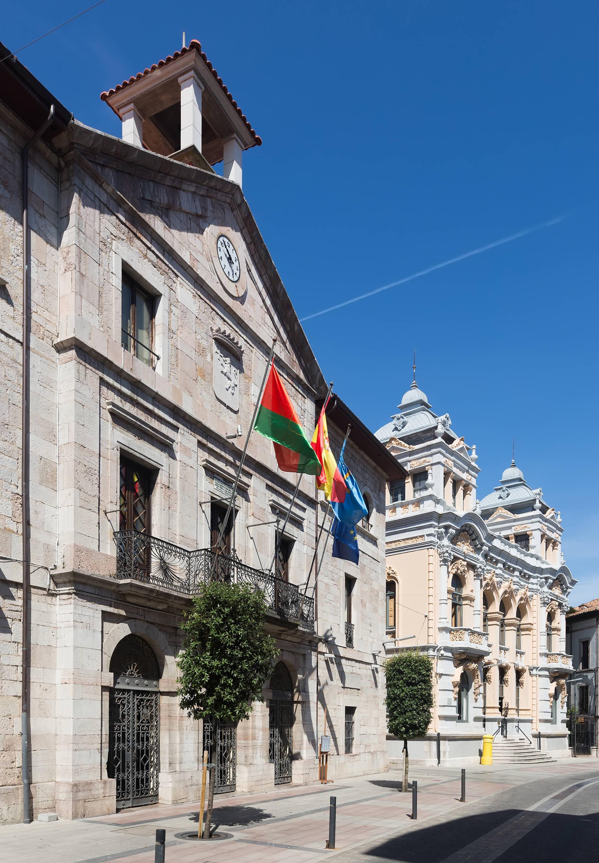 Fachada exterior del Ayuntamiento de Llanes en Asturias