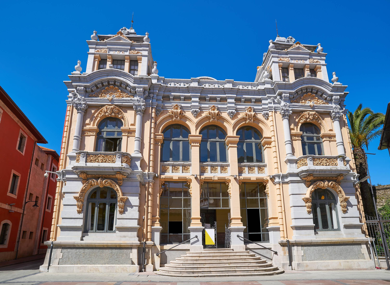Fachada exterior del antiguo Casino en la ciudad de Llanes, Asturias
