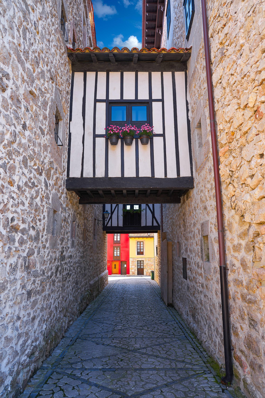 Callejon en la ciudad de Llanes, Asturias