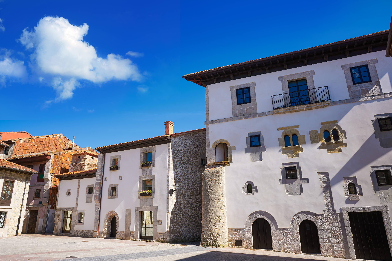 Fachada exterior de la Mansion Gastañaga en la ciudad de Llanes, Asturias