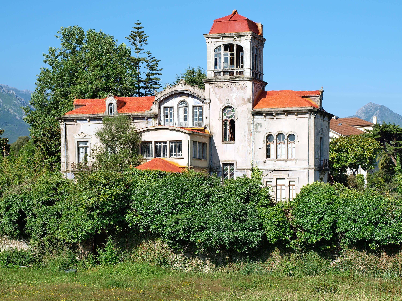 Antiguo palacio en la ciudad de Llanes, Asturias