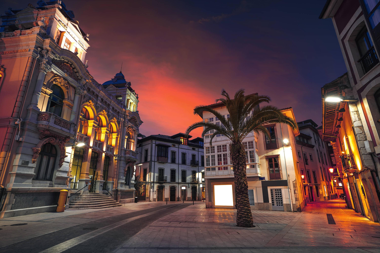 Vista nocturna de la Plaza de los Bandos en la ciudad de Llanes, Asturias
