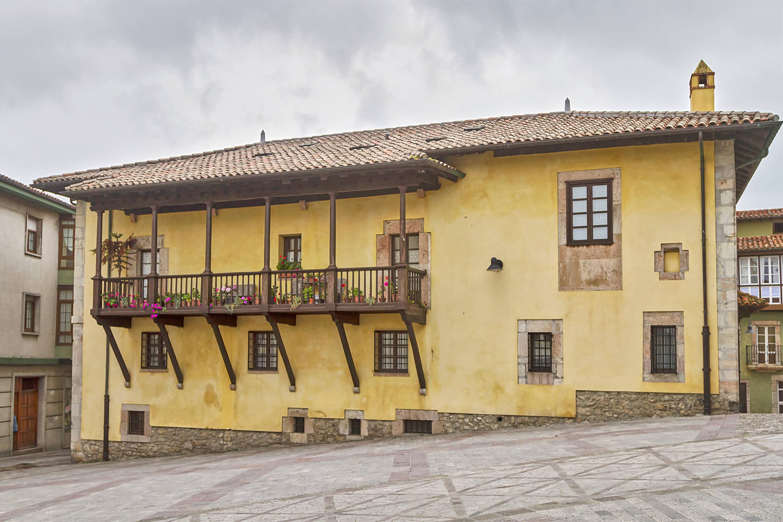 Plaza de Cristo Rey en la ciudad de Llanes, Asturias