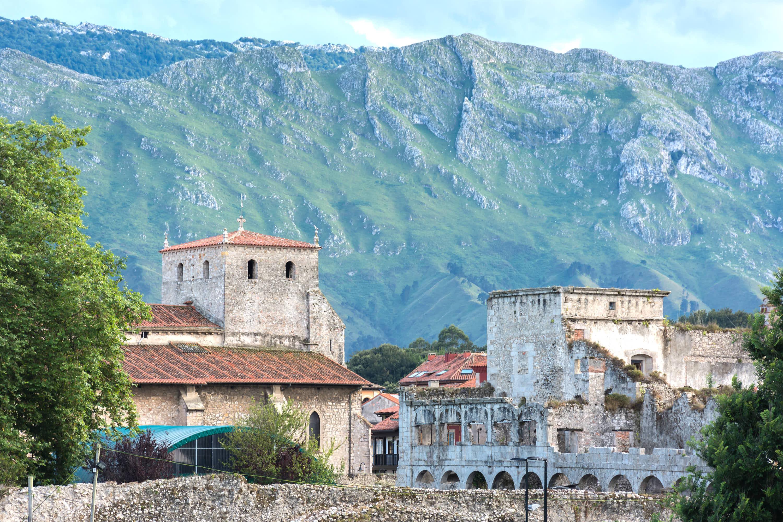 Montañas de la Sierra de Cuera detrás de la ciudad de Llanes, Asturias