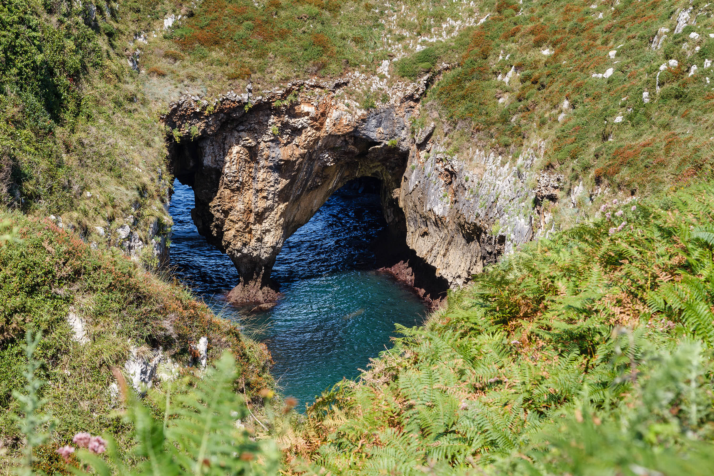 Agujero y cueva en los Bufones de Pria de Llanes, Asturias