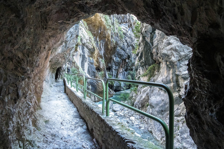 Túnel excavado en la roca en la Ruta del Cares cerca de Cain (León)