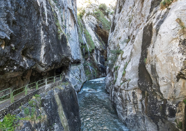 Senda excavada junto al río en la Ruta del Cares cerca de Cain (León)