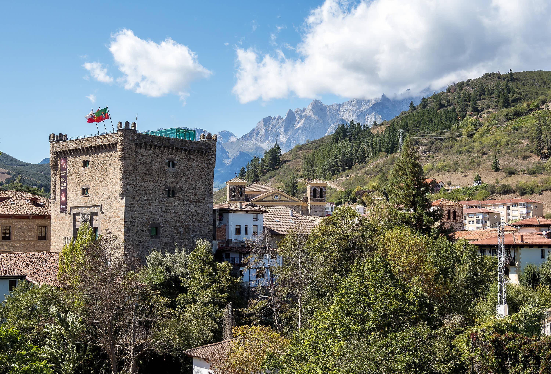 Torre del Infantado en la villa de Potes y los Picos de Europa, en Cantabria