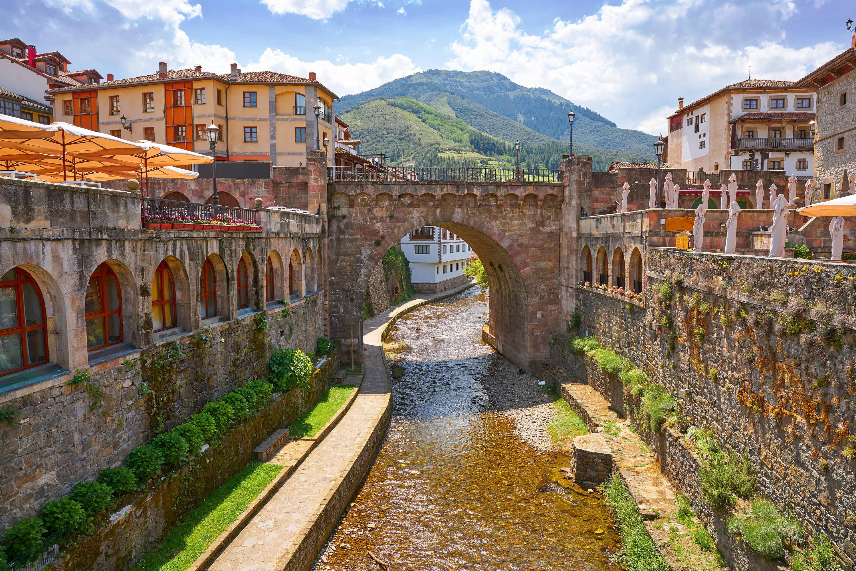 Puente Nuevo sobre el rio Quiviesa en Potes, Cantabria