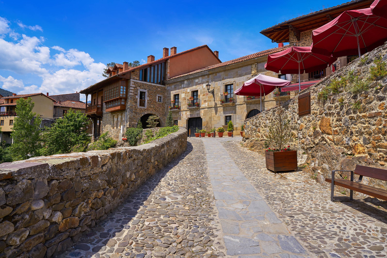 Calle empedrada en la villa de Potes, en Cantabria