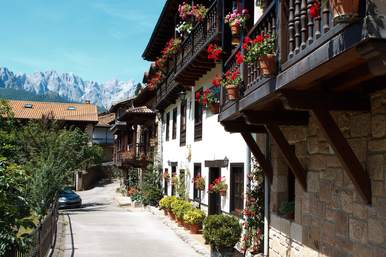 Tipicos edificios en la villa de Potes, en Cantabria