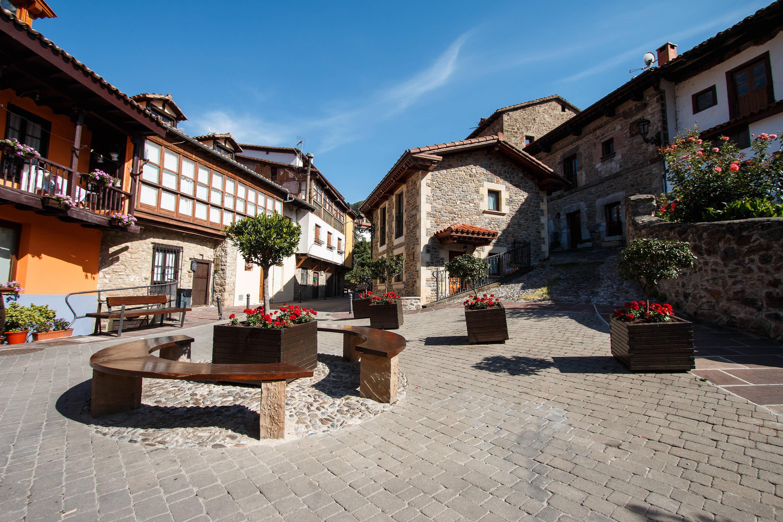 Plaza peatonal en la villa de Potes, en Cantabria