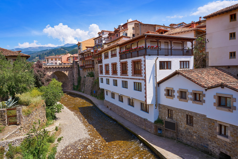Rio Quiviesa y Puente Nuevo en Potes, Cantabria