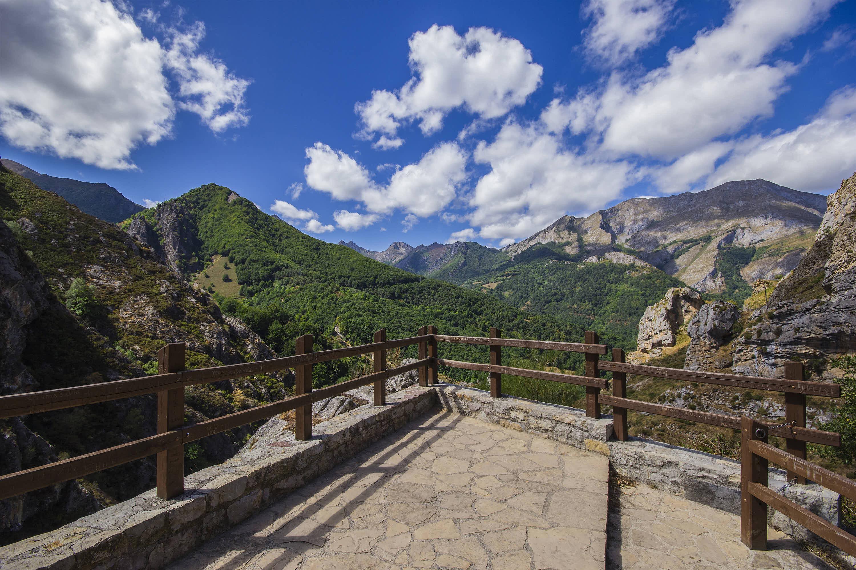 Mirador del Tombo sobre el Valle de Valdeon, en Leon