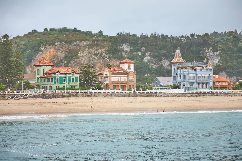 Palacios indianos en el Paseo junto a la playa de Santa Marina en Ribadesella, Asturias