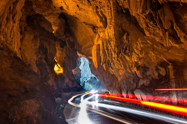 Coches cruzando la Cuevona de Cuevas del Agua, en Ribadesella, Asturias