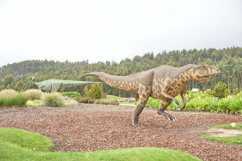 Reproducción del dinosaurio tyrannosaurus rex o Tiranosaurio en el jardín del Museo del Jurásico de Asturias (MUJA), Colunga
