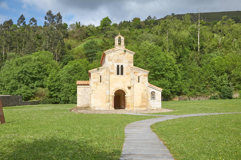 Fachada de la Iglesia de San Salvador de Valdediós, en Villaviciosa, Asturias