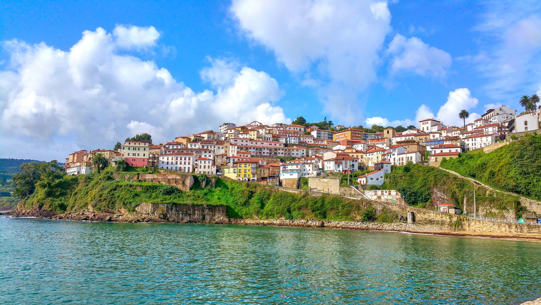 Vista de la villa de Lastres desde el mar en Colunga, Asturias