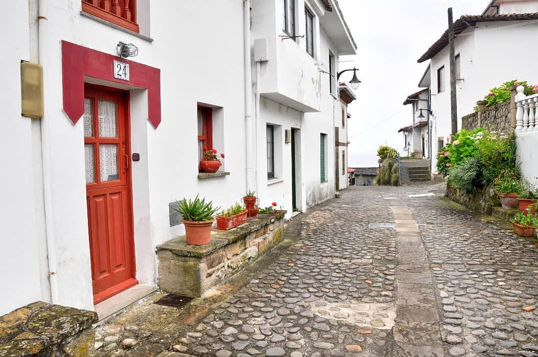 Calle en la villa de Tazones, Asturias