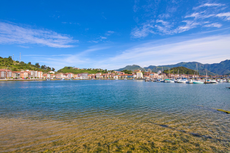 Panorámica de Ribadesella y rio Sella desde el puerto deportivo, en Asturias