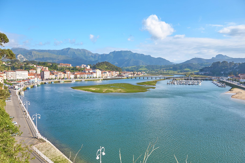 Panorámica de Ribadesella, rio Sella y la Sierra del Cuera, en Asturias