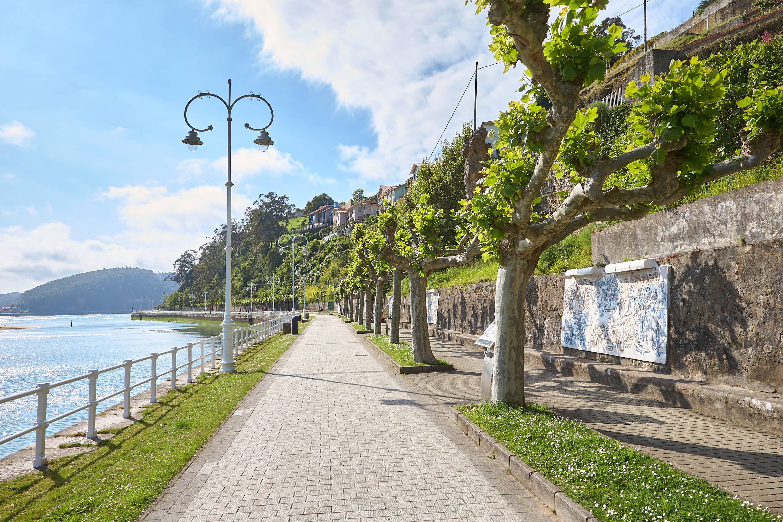 Paseo de la Grúa con Ruta histórica por Mingote en Ribadesella, Asturias
