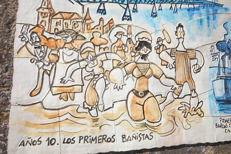 Detalle de panel de la Ruta histórica por MIngote en el Paseo de la Grúa en Ribadesella, Asturias