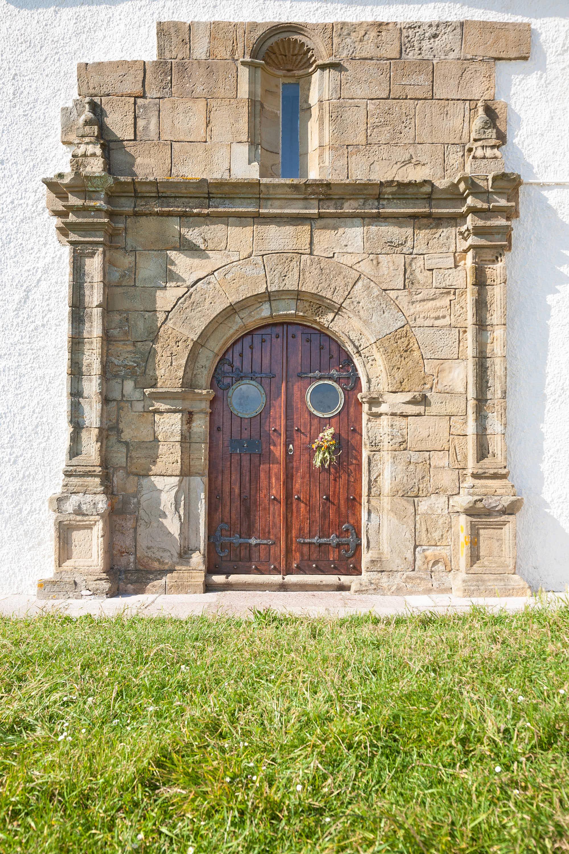 Fachada de la ermita de la Virgen de Guia en Ribadesella, Asturias