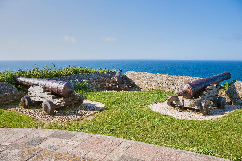 Los tres cañones antiguos apuntando al Mar Cantábrico junto a la Ermita de la Virgen de Guia en Ribadesella, Asturias