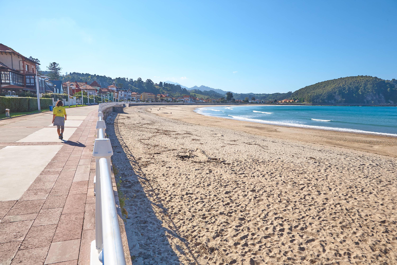 Paseo y playa de Santa Marina en Ribadesella, Asturias