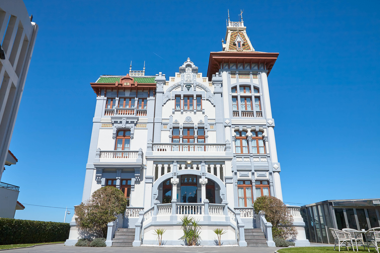 Palacio indiano Villa Rosario en el Paseo junto a la playa de Santa Marina en Ribadesella, Asturias