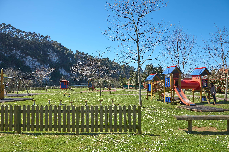 Area infantil en el Parque Natural del Malecón, junto a la montaña de Ardines, en Ribadesella, Asturias