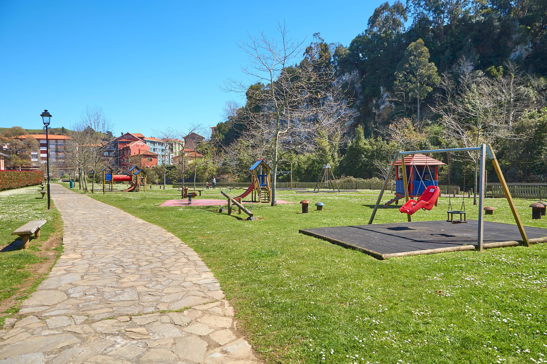 Area infantil o de juegos de niños en el Parque Natural del Malecón, en Ribadesella, Asturias