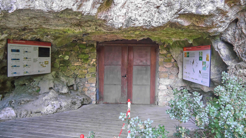 Entrada a la Cuevona de Ardines, en Ribadesella, Asturias