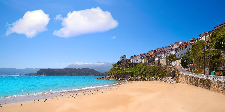 Vista de la villa de Lastres desde la playa en Colunga, Asturias