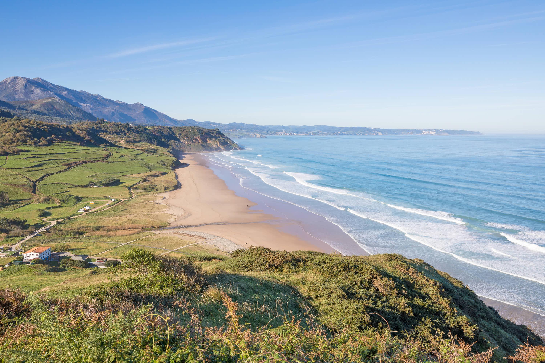 Panoramica desde la montaña de la Playa de Vega y el Mar Cantábrico en Ribadesella, Asturias