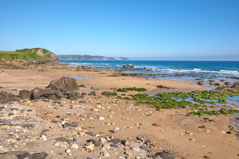 Vista del Mar Cantábrico y panoramica de la Playa de Beciella en Caravia, Asturias, con marea baja