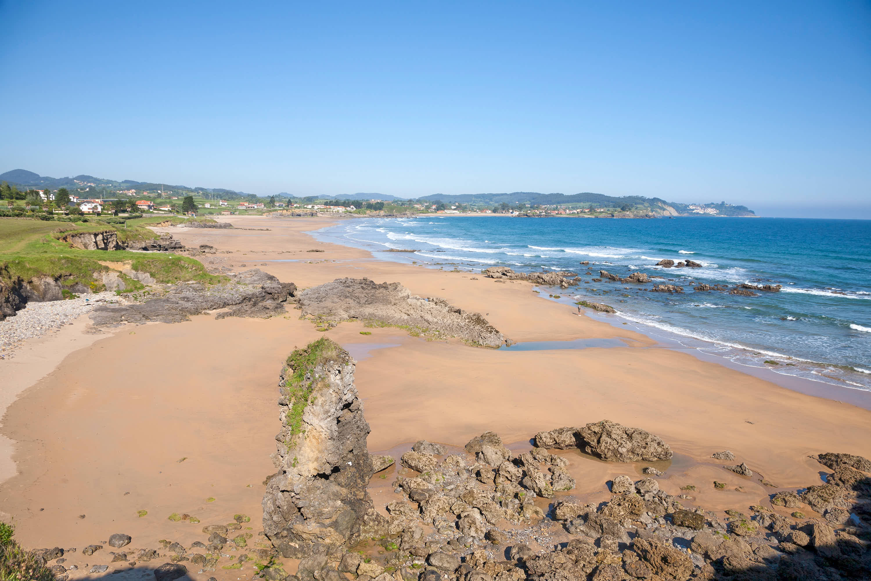 Vista de la Playa de La Espasa y El Viso y el Mar Cantábrico en Caravia, Asturias